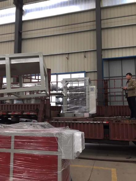 PVC透明磁性门帘生产线发货